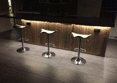 Rustikale Bar beleuchtet